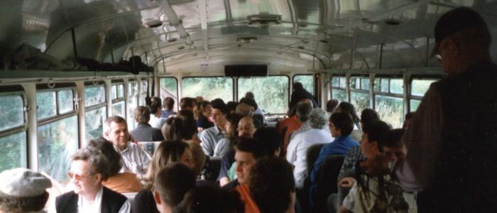 Unterwegs im prall gefüllten Schienenbus